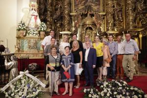 Cristina Cifuentes junto al párroco de la Iglesia de San Salvador, el Arcipreste de Leganés, miembros de la Hermandad de Ntra. Sra. de Butarque y PP Local
