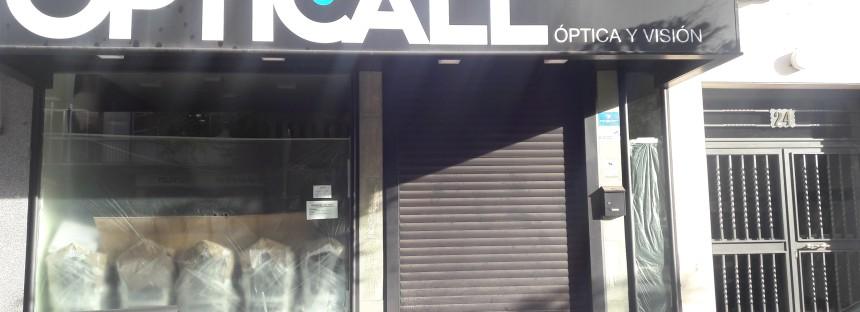 El Concejal de Comercio, Rubén Bejarano, anuncia una campaña solidaria de recogida de gafas en una óptica cerrada hace más de cuatro meses. Y no es broma