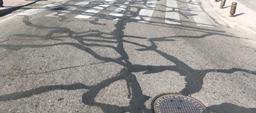 Llorente sustituye el asfaltado de las calles por ridículas tiras de alquitrán